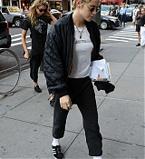 Kristen_Stewart_-_Out_in_New_York_on_September_10-07.jpg